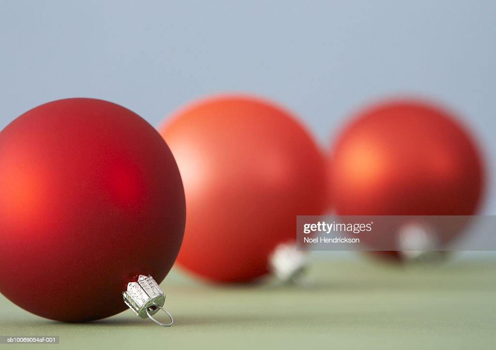 Red Christmas ornaments : Stockfoto