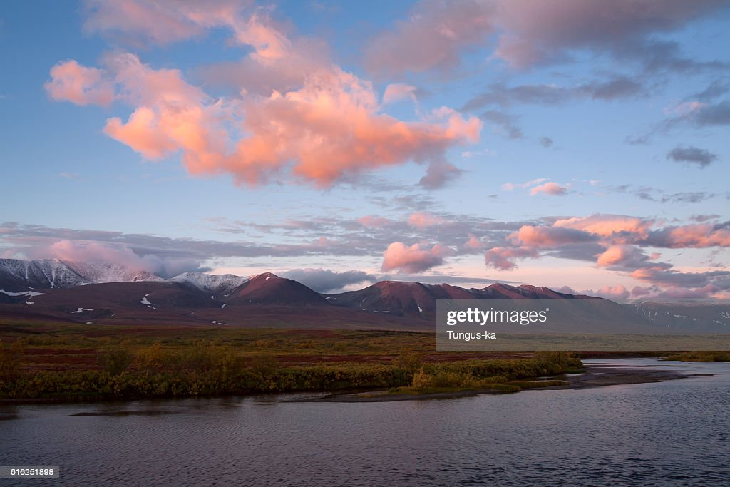 Red clouds at sunrise over the river. : Stock-Foto