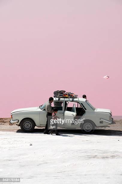 Vermelho colorida de Lago salgado costa Maharlu, Irão.