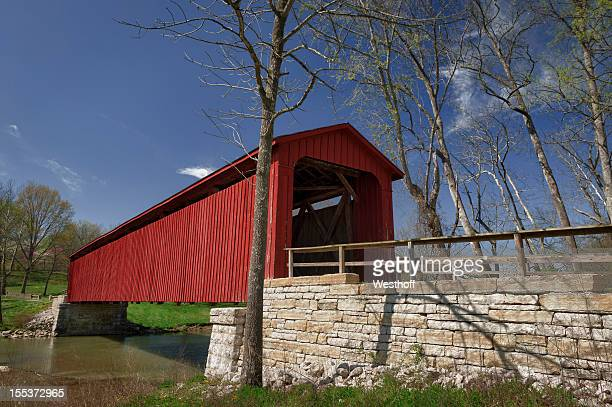 red covered bridge in rural indiana - covered bridge stock pictures, royalty-free photos & images