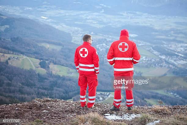 cruz vermelha ajuda a montanha - socorrista - fotografias e filmes do acervo