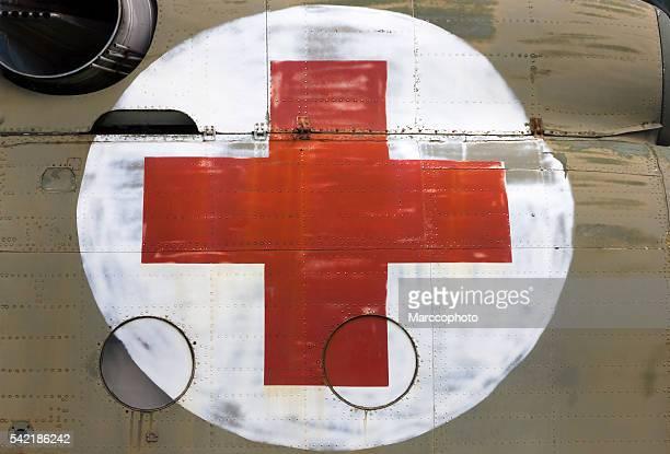 croce rossa segno dipinte su alcuni vecchi elicottero lato - helicopter emergency foto e immagini stock