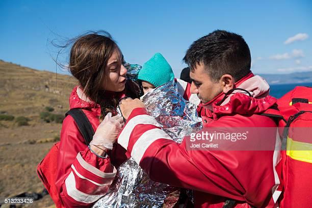 Cruz roja voluntarios ayudan a los refugiados, Lesbos