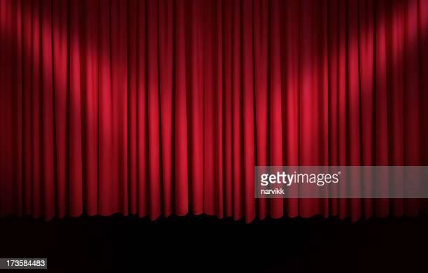 赤のカーテンにスポットライト