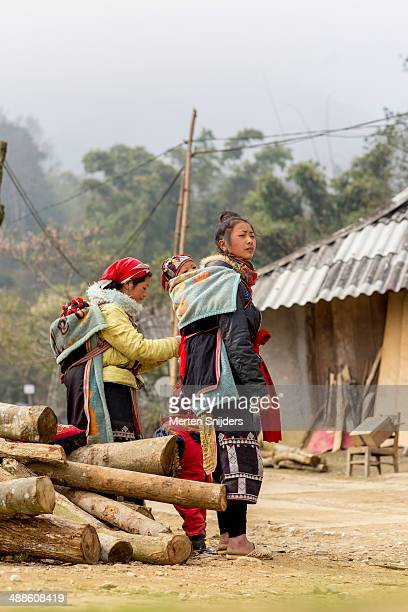 Red Dao women and children on road side
