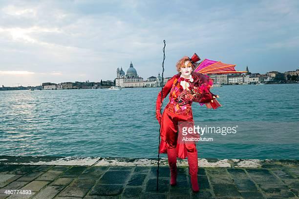 red dragon maske karneval von venedig in san giorgio, italien, europa - female whipping stock-fotos und bilder