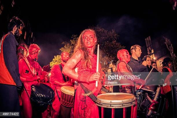 red trommler am samhuinn fire festival, edinburgh - theasis stock-fotos und bilder