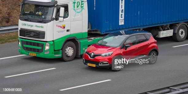 ツァイストでオランダの高速道路a-28で運転レッドダッチルノーキャプチャ - 隣り合う ストックフォトと画像