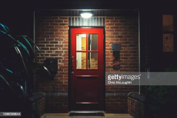 red entrance door - portal fotografías e imágenes de stock