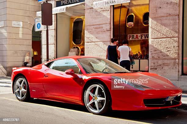 Roter Ferrari bei Prada Store in Mailand, Italien