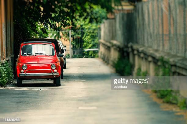 Rojo Fiat Cinquecento en la calle, cultura italiana