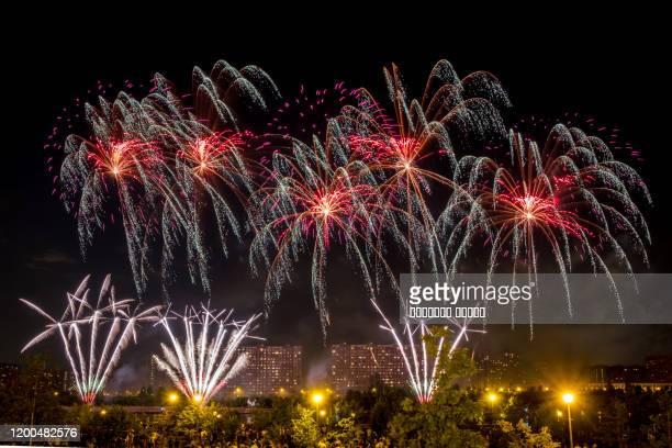 red fireworks light up the sky - quarta feira - fotografias e filmes do acervo