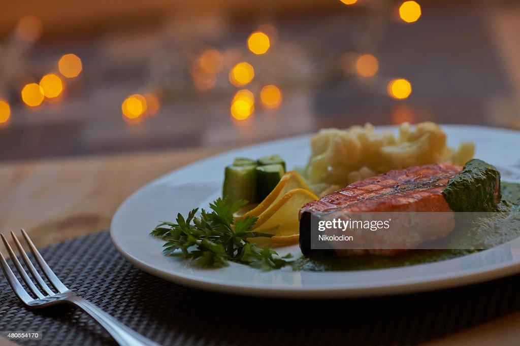 Peixe-vermelho com produtos hortícolas : Foto de stock