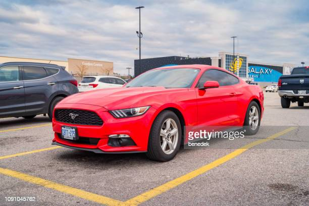 rouge ford mustang - ford mustang photos et images de collection