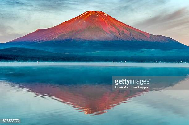 red fuji, lake yamanaka reflection - unesco world heritage site stock pictures, royalty-free photos & images