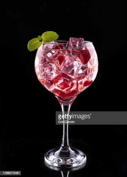 red gintonic with berries - cris cantón photography fotografías e imágenes de stock