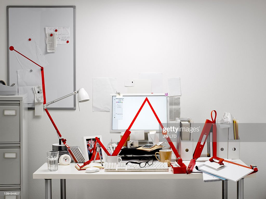 Red graph line in office : Bildbanksbilder