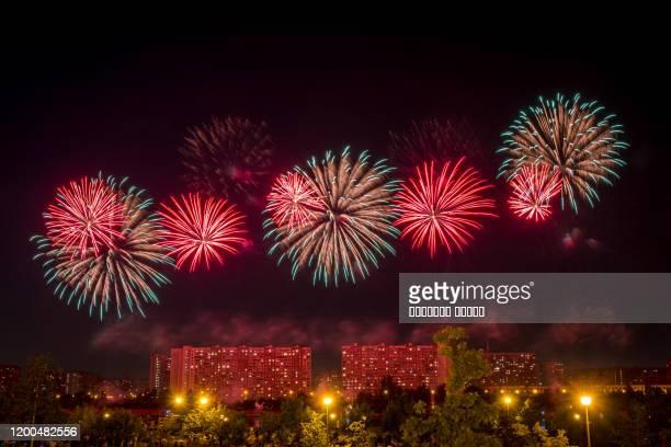 red green fireworks light up the sky - quarta feira - fotografias e filmes do acervo