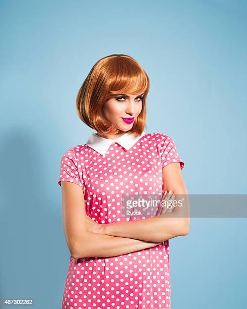 Rote Haare Junge Frau mit rosa Kleid