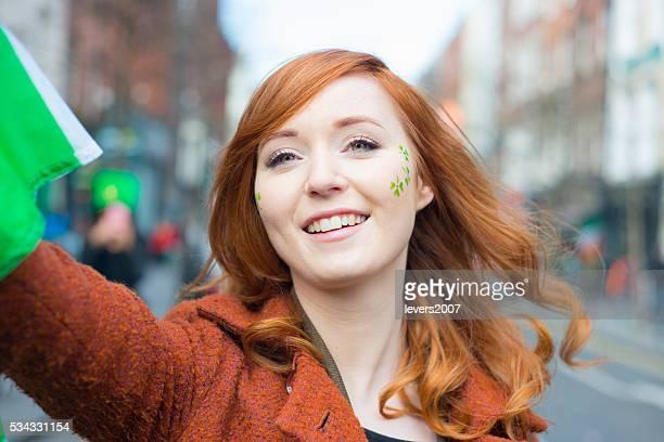 Fille aux cheveux longs rouge irlandais de St. Patricks Journée Défilé