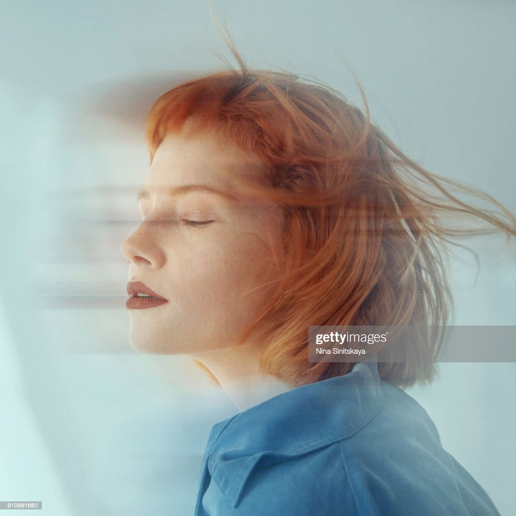 Red haired woman in motion, blurred motion - long exposure : Foto de stock