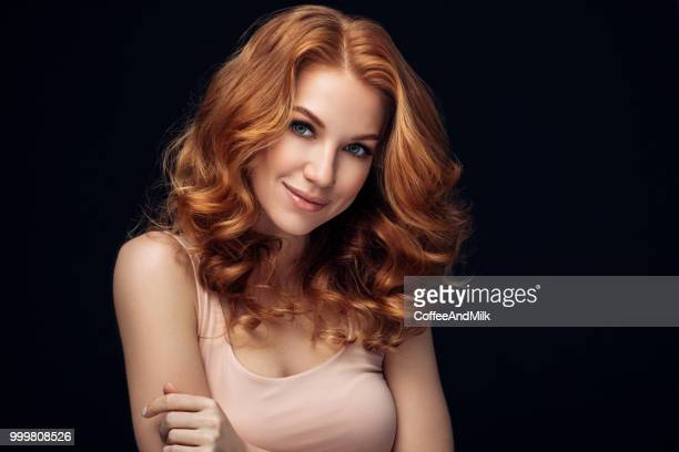 donna dai capelli rossi - capelli mossi foto e immagini stock