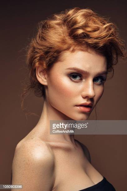 red haired woman with shiny and curly hairstyle - oggetti femminili foto e immagini stock