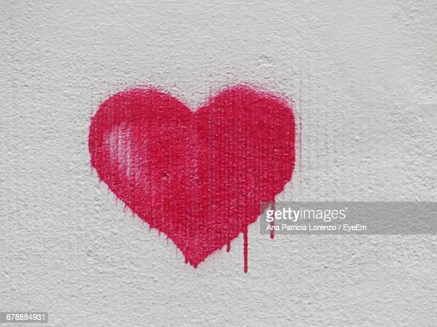 red heart graffiti on wall - tag photos et images de collection