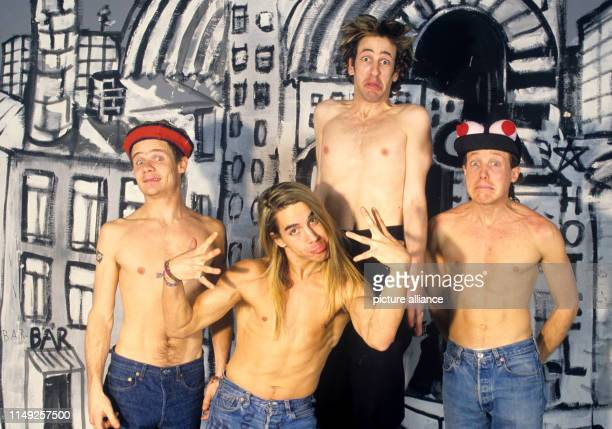 """Red Hot Chili Peppers, bass player Michael """"Flea"""" Balzary, singer Antony Kiedis, guitarist Hillel Slovak and drummer Jack Irons on in München /..."""