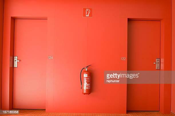 red piso do hotel - extintor de incêndio - fotografias e filmes do acervo
