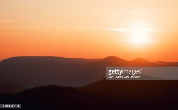 red huge sunrise - morgendämmerung stock-fotos und bilder