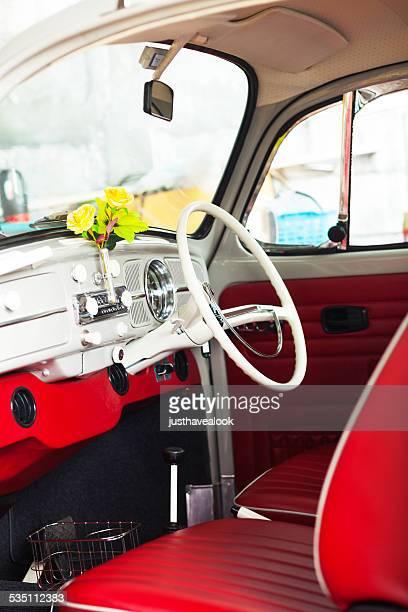 Rote Innenansicht des VW-Käfer oldtimer