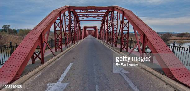 red iron bridge - perspetiva diminutiva imagens e fotografias de stock