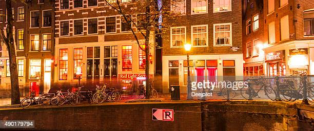 red light district in amsterdam netherlands - hoeren stockfoto's en -beelden