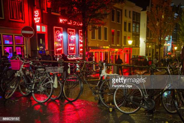 rotlichtviertel in amsterdam. - red light district stock-fotos und bilder