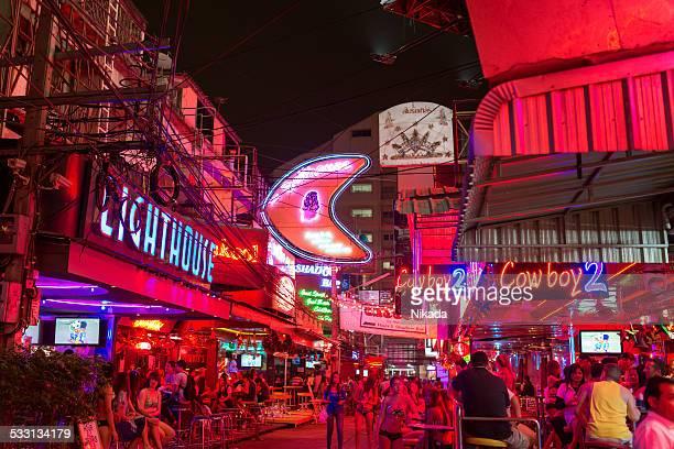 quartier rouge soi cowboy à bangkok - gogo danseuse photos et images de collection