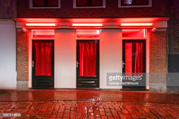 red light district window - prostitutie stockfoto's en -beelden