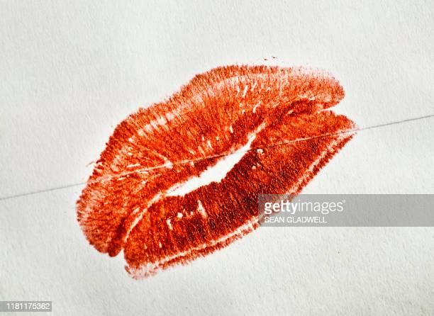 red lipstick kiss - cupido foto e immagini stock