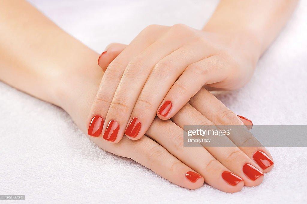 Vermelho manicure no branco Cozinha : Foto de stock