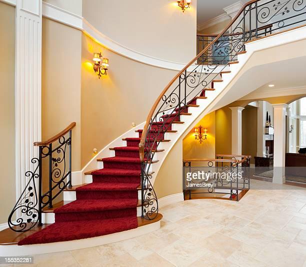 Rojo Escalera principal en una mansión Gran vestíbulo
