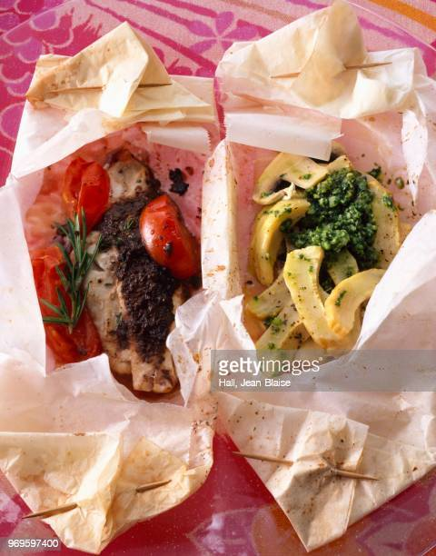 red mullet,tapenade and tomato papillote - ピストー ストックフォトと画像