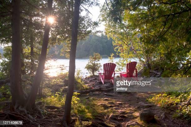 sillas red muskoka en el parque nacional bruce peninsula, tobermory, canadá - ontario canadá fotografías e imágenes de stock