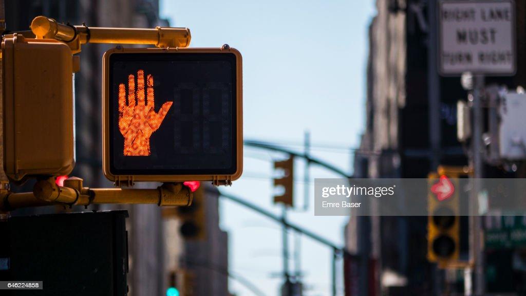 Red No crossing light sign : Foto de stock