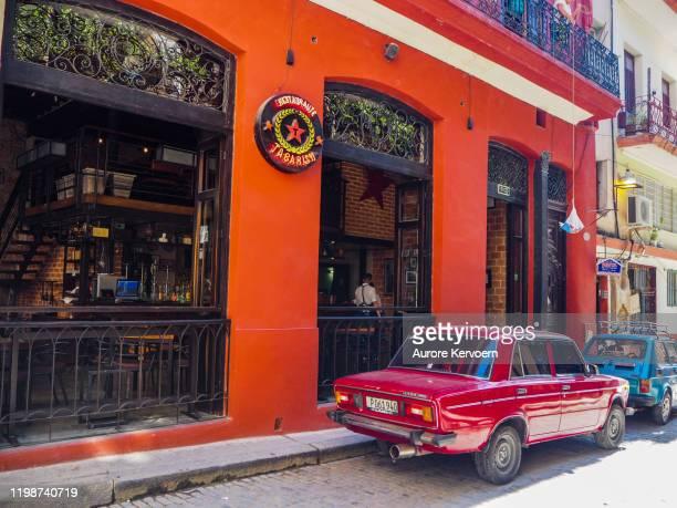 rotes altes auto im barrio del arte in havanna - arte stock-fotos und bilder