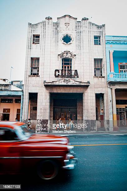 red oldtimer car passing cuba sign - merten snijders stock-fotos und bilder