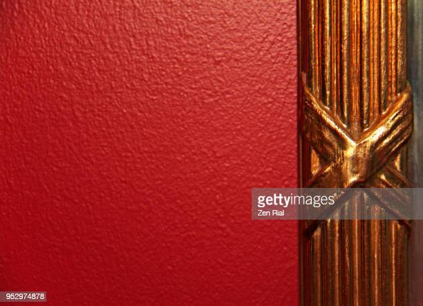 red painted wall and gold colored picture frame - x art photos et images de collection