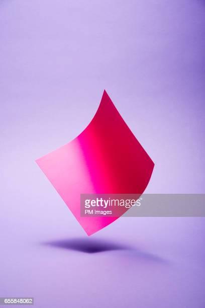 red paper on purple background - 軽い ストックフォトと画像