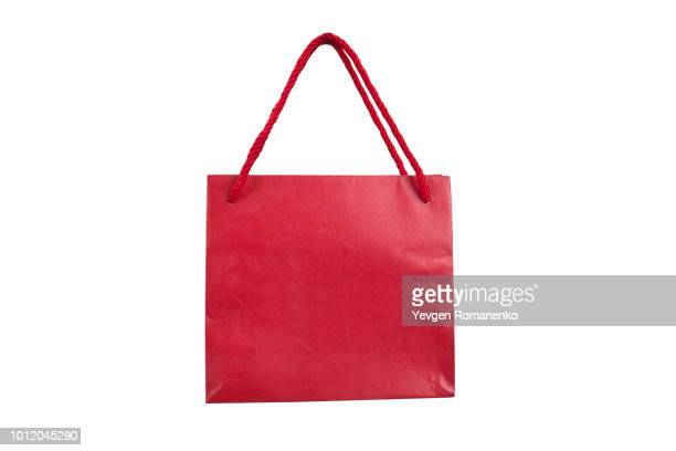 red paper shopping bags isolated on white - tragetasche oder tragebeutel stock-fotos und bilder
