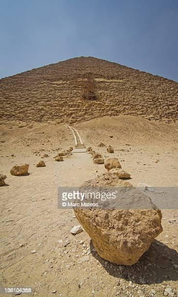 red path of red pyramid - marc mateos fotografías e imágenes de stock