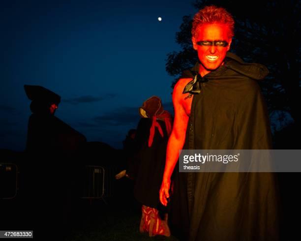 red artista no beltane festival de fogo, edimburgo - theasis imagens e fotografias de stock